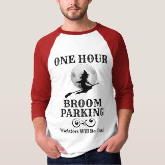 Camiseta Bruxa do Dia das Bruxas um estacionamento da