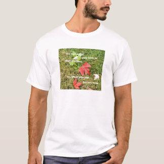 Camiseta byThoreau das citações: Não é o que você olha
