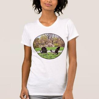 Camiseta Cadeiras de Adirondack no primavera