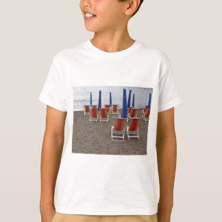 Camiseta Cadeiras de madeira coloridas na praia da areia