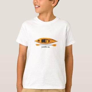 Camiseta Caiaque alaranjado e amarelo com pá sobre