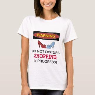 Camiseta Calçados que compram o t-shirt em andamento