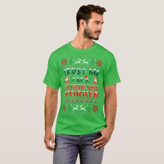 Camiseta Camisola feia do Natal do assistente social dos