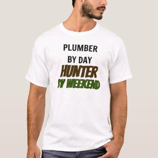 Camiseta Canalizador pelo caçador do dia em o fim de semana