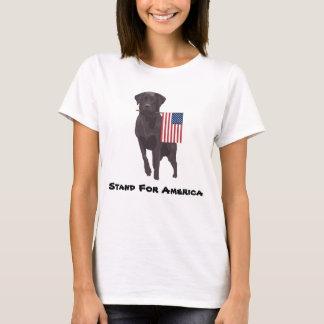 Camiseta Cão com a bandeira americana que toma um suporte