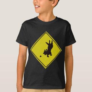 Camiseta Cão que persegue o sinal de rua da bola