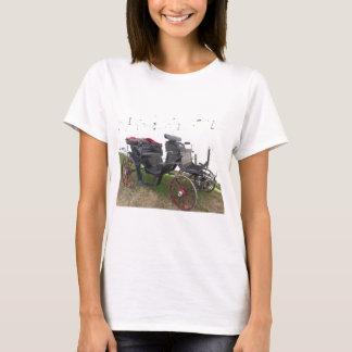 Camiseta Carruagem antiquado do cavalo na grama verde