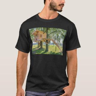 Camiseta Casa na árvore de madeira no carvalho com grama