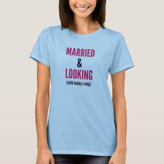 Camiseta Casado e olhando (com ajuda do benzinho) a