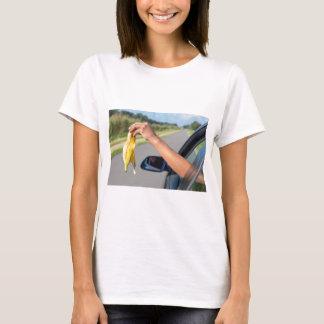 Camiseta Casca deixando cair do braço da janela de carro da
