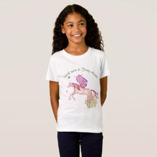 Camiseta Cavalo feericamente que pula de uma cama de flor