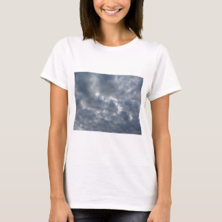 Camiseta Céu morno com as nuvens de cúmulo-nimbo dos