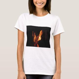 Camiseta Chamas borradas em uma lareira ardente no preto