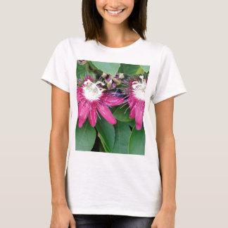 Camiseta Close up vermelho de duas flores da paixão fora na