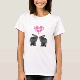 Camiseta Coelhos bonitos com coração cor-de-rosa do pixel