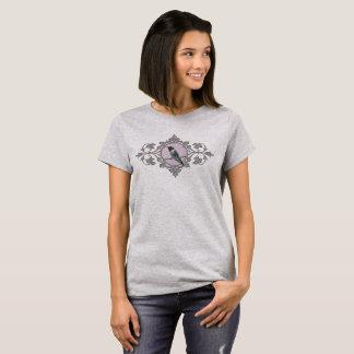 Camiseta Colibri no ramo do vintage e no quadro das folhas