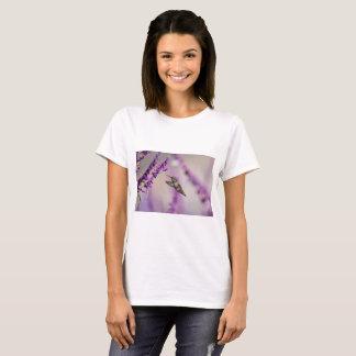 Camiseta Colibri que alimenta na flor roxa de Salvia