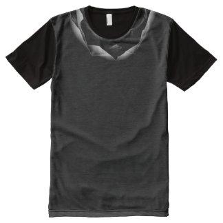 Camiseta Com Impressão Frontal Completa Colar preto do acento das pétalas cor-de-rosa de