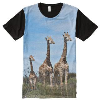 Camiseta Com Impressão Frontal Completa Família do girafa na cume gramínea