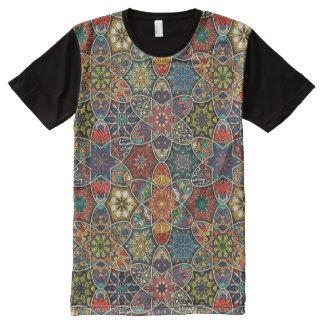 Camiseta Com Impressão Frontal Completa Retalhos do vintage com elementos florais da