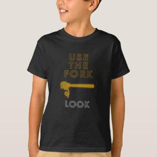 Camiseta Comendo os espaguetes guie, use a forquilha, olhar