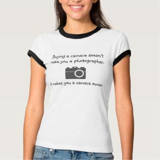 Camiseta Comprar uma câmera não lhe faz um fotógrafo