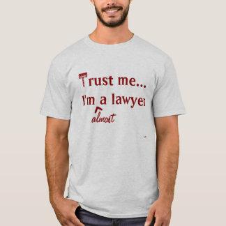 Camiseta Confie-me, mim são (quase) um advogado