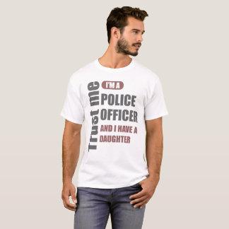 Camiseta confie que eu mim é um agente da polícia