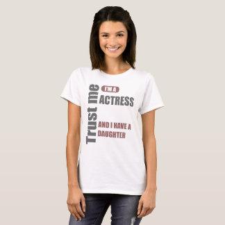 Camiseta confie que eu mim é um ator e eu tenho uma filha