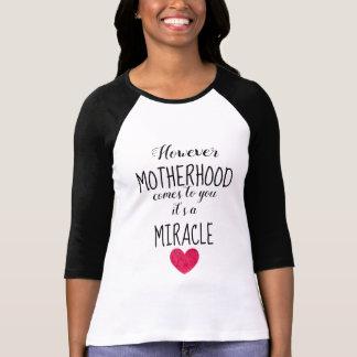 Camiseta Contudo a maternidade vem-lhe, adopção do milagre