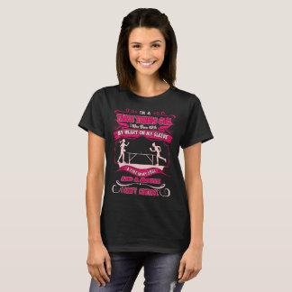 Camiseta Coração da menina do ténis de mesa no fogo da luva