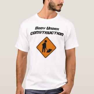 Camiseta Corpo sob a construção