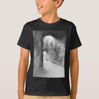 Camiseta Corredores escuros de uma estrutura velha do