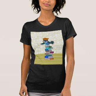 Camiseta Coruja que veste o laço, boné sobre livros,