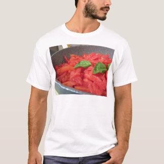 Camiseta Cozinhando o molho de tomate caseiro usando o