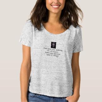 Camiseta Cruz nunca Slouchy do t-shirt w/Feather da fé