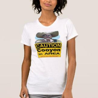 Camiseta Cuidado Cooyon na área