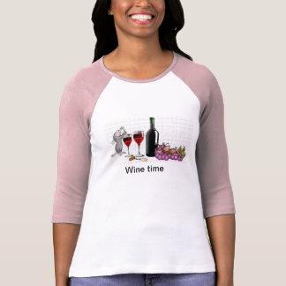 Camiseta da mulher do tempo do vinho