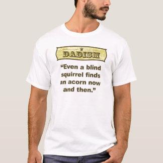 Camiseta Dadism- mesmo um achado cego do esquilo uma bolota