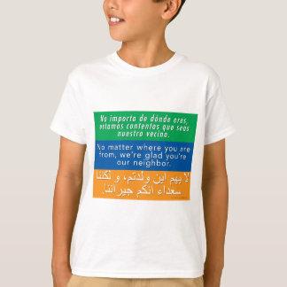 Camiseta Dê boas-vindas a seus vizinhos - árabe inglês
