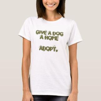Camiseta dê um cão que uma casa adota