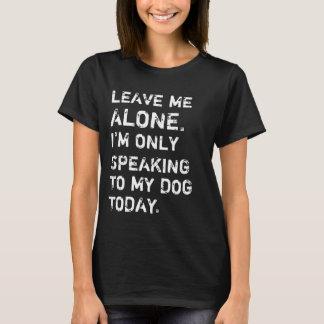 Camiseta Deixe-me me sozinho estão falando somente a meu