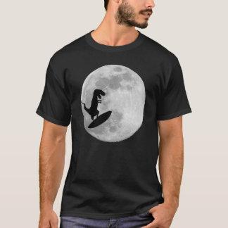 Camiseta Dinossauro em um conselho de surf no céu com