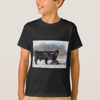 Camiseta Dois escoceses escoceses pretos na neve do inverno