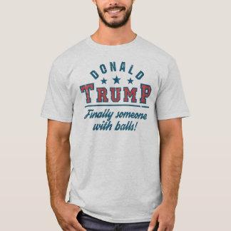 Camiseta Donald Trump finalmente alguém com bolas!