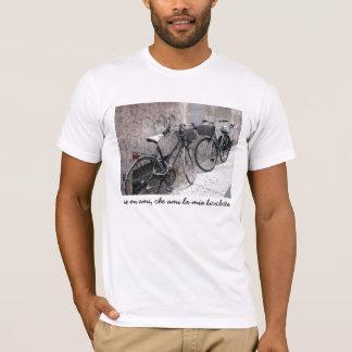 Camiseta Duas bicicletas em uma T-camisa italiana da rua