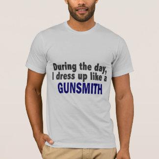 Camiseta Durante o dia eu visto-me acima como um Gunsmith