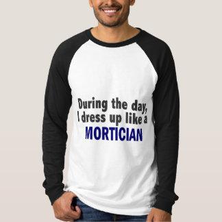 Camiseta Durante o dia eu visto-me acima como um Mortician