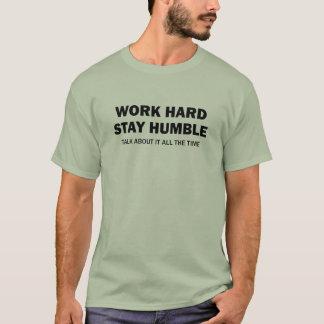 Camiseta Duro do trabalho - estada humilde - fale sobre ele