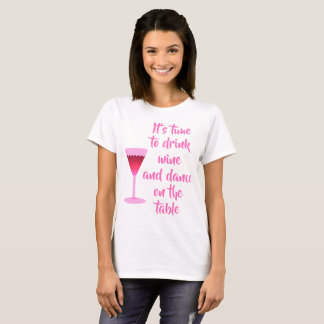 Camiseta É hora de beber o vinho - rotulação cor-de-rosa